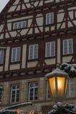 snöfall på julmarknadsplats i adventen december 2 royaltyfri foto