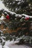 snöfall på julmarknadsplats i adventen december 2 arkivbilder
