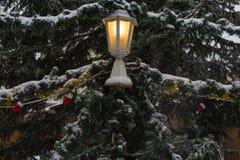 snöfall på julmarknadsplats i adventen december 2 royaltyfria bilder