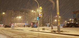 Snöfall på natten i stadsgatorna royaltyfri bild