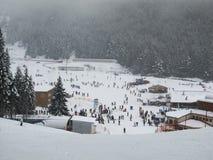 Snöfall på skidar semesterorten Bulgarien Bansko-03 Januari 2011 arkivfoton