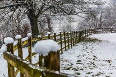 Snöfall på staketet utomhus Royaltyfri Bild