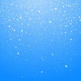 Snöfall som isoleras på blå bakgrund Vinterjulbakgrund med blå himmel Fallande gl?nsande h?rlig sn? f?r jul vektor royaltyfria foton
