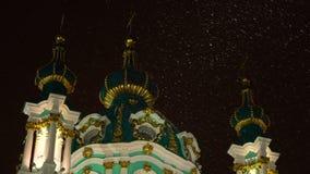 Snöfallsnöflingajul med kyrkan för Ortodoxal St Andrew ` s gör grön kupoler på bakgrund lager videofilmer