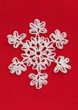 Snöflinga för vit jul på rött Royaltyfri Fotografi