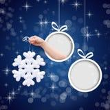 Snöflinga i hand på en blå bakgrund fotografering för bildbyråer