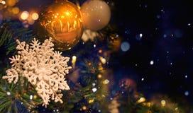 Snöflinga- och julboll på julgranen Royaltyfri Fotografi
