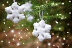 Snöflinga på ett julträd Royaltyfria Bilder