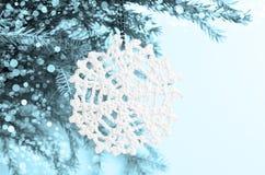 Snöflinga som förbinds med trådar Arkivbilder