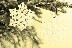 Snöflinga som förbinds med trådar Royaltyfria Bilder