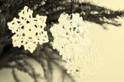 Snöflinga som förbinds med trådar Fotografering för Bildbyråer