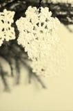 Snöflinga som förbinds med trådar Arkivfoton