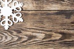 Snöflingagräns på grungeträbakgrund Arkivfoto
