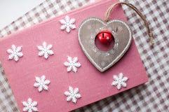 Snöflingor för vit jul och trähjärtagarnering på rosa bakgrund Vintertapet Top beskådar Royaltyfri Fotografi