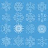 Snöflingor i linjen stil på blå bakgrund Royaltyfri Bild