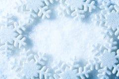 Snöflingor inramar, snöar blå garneringbakgrund för flingor, vinter Arkivfoto