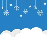Snöflingor och moln i blå himmel Nytt år julbakgrund i papperssnittet, stil för pappers- hantverk stock illustrationer