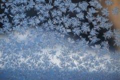 Snöflingor på fönstret i vintern Fotografering för Bildbyråer