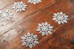 Snöflingor på trä, ställe för din ANNONS Royaltyfria Bilder