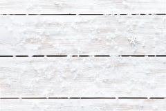 Snöflingor på trävit tom bakgrund, kort för ferie för vinter för lyckligt nytt år för glad jul, kopieringsutrymme, bästa sikt arkivbild