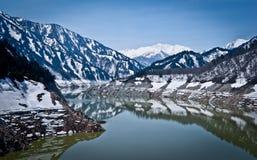 Snöflod berg för sjöar Arkivbild