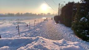 Snöglidbana Nära övre siktsOS-snö Natur skjuten solnedgångtid för exponering long Djupfryst flod i bakgrund arkivfilmer