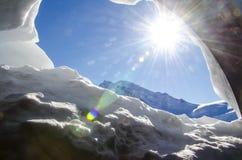 Snögrotta i franska fjällängar Chamonix Mont Blanc under vinter i Frankrike arkivfoto