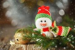 Snögubbe för jul och för nytt år på bakgrunden som är horisontal Royaltyfri Fotografi