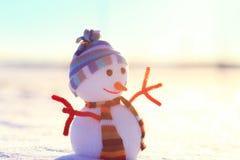 Snögubbe för vit jul på snö Fotografering för Bildbyråer