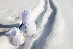 Snögubbe-fader och snögubbe-unge som har konversation Fotografering för Bildbyråer