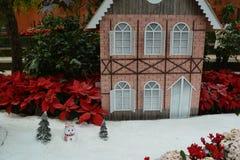 Snögubbe framme av ett hus Fotografering för Bildbyråer
