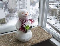 Snögubbe i en röd och vit halsduk Fotografering för Bildbyråer