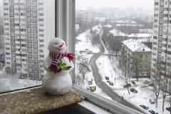 Snögubbe i en röd och vit halsduk Arkivbilder