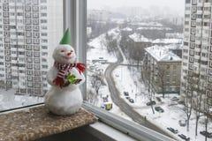 Snögubbe i en röd och vit halsduk Royaltyfria Foton