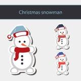 Snögubbe i Santa Claus xmas-hatt Royaltyfri Bild
