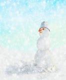 Snögubbe med en hink på hans huvud under snön Arkivfoton