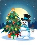 Snögubbe med en lykta och att bära en hatt och en blå halsduk med julgranen och fullmånen på nattbakgrund för din design Ve vektor illustrationer