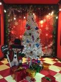 Snögubbe med ett julträd arkivfoton