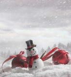 Snögubbe med klockor i snöig bakgrund Arkivfoto