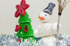 Snögubbe med kvasten i hand Royaltyfri Fotografi