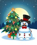 Snögubbe med mustaschen som bär en hatt och flugor med julgranen och fullmånen på nattbakgrund för din design Illustratio Arkivfoton