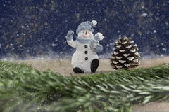 Snögubbe- och grankotte i snöstormen Arkivbilder
