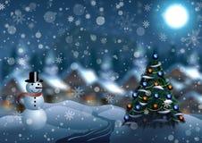 Snögubbe och julgran på bakgrunden av en vinterby Royaltyfri Fotografi