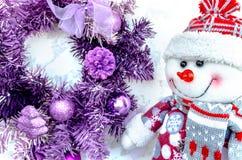 Snögubbe- och julkrans En toy på entree med porslin Jultomte och gran - tree Gladlynt mood arkivfoto