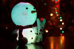 Snögubbe på en julgranbakgrund Royaltyfri Foto