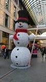 Snögubbe på en köpcentrum Royaltyfri Fotografi
