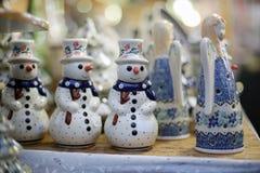 Snögubbe på julmarknaden Arkivfoton