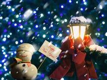 """Snögubbe plakat med """"Happy nytt år för text! """", gatalykta, band Royaltyfria Bilder"""