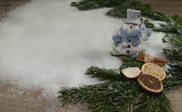 Snögubbe, trä, grangräsplan och deco Royaltyfria Foton