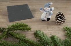 Snögubbe, trä, grangräsplan och deco Fotografering för Bildbyråer
